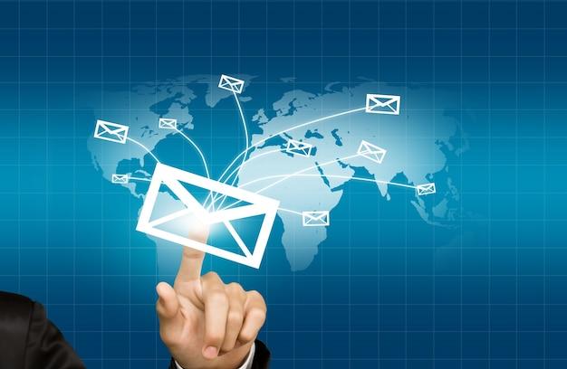Presser la main d'une enveloppe qui est envoyé sur le monde Photo gratuit