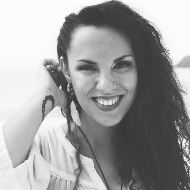 Pretty woman beach vacation style de vie portrait concept Photo gratuit