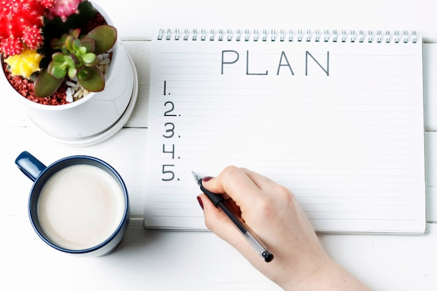 Prévoyez un cahier, un cactus et une tasse de café Photo Premium
