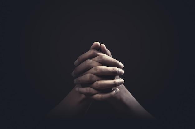 Prier les mains avec foi en religion et croyance en dieu. puissance d'espoir et de dévotion. Photo Premium