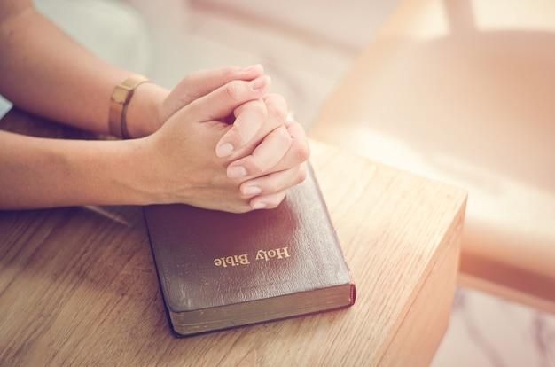Prière Biblique Pliez Vos Mains Dans La Bible Priez Spirituel Et Religieux Communiquez Avec Dieu, Amour Et Pardon. Photo Premium