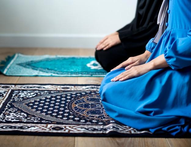 Prières musulmanes en posture de tashahhud Photo Premium