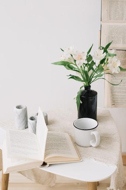 Printemps Nature Morte. Petit Déjeuner Au Lit. Chambre Blanche. Douce Maison. Livres, Fleurs Et Tasse à Café. Pose à Plat Photo Premium