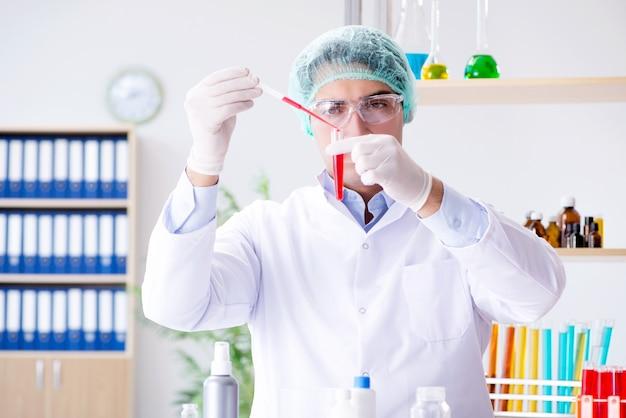 Prise De Sang En Laboratoire Avec Une Jeune Scientifique Photo Premium