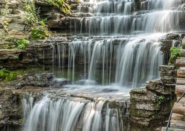 Prise De Vue Au Grand Angle D'une Cascade à Chittenango Falls State Park Aux Usa Photo gratuit