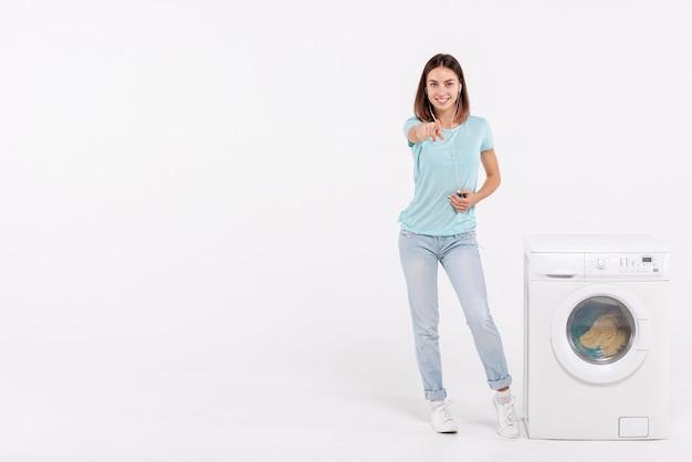 Prise de vue complète femme pointant vers la caméra avec espace de copie Photo gratuit