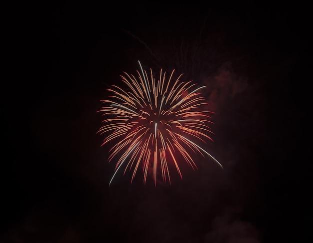 Prise De Vue En Contre-plongée D'un Beau Feu D'artifice Rouge Isolé Sur Ciel Noir Photo gratuit