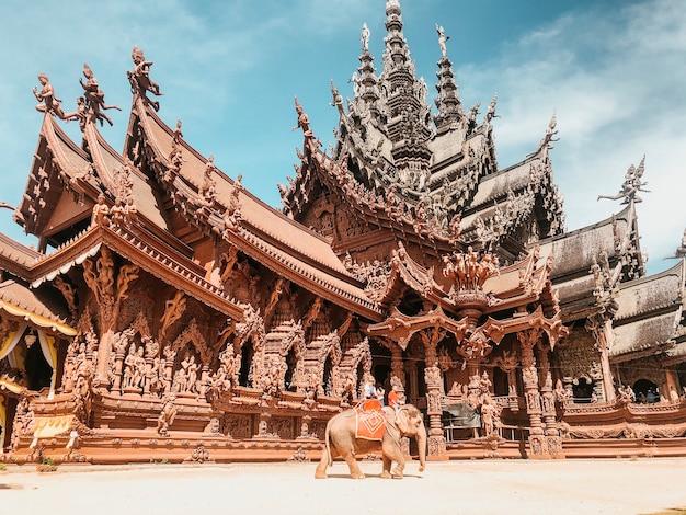 Prise De Vue En Contre-plongée D'un Beau Sanctuaire De La Vérité à Pattaya, Thaïlande Photo gratuit