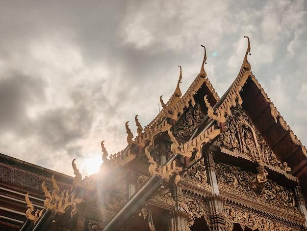 Prise De Vue En Contre-plongée Du Beau Design D'un Temple à Bangkok, Thaïlande Photo gratuit