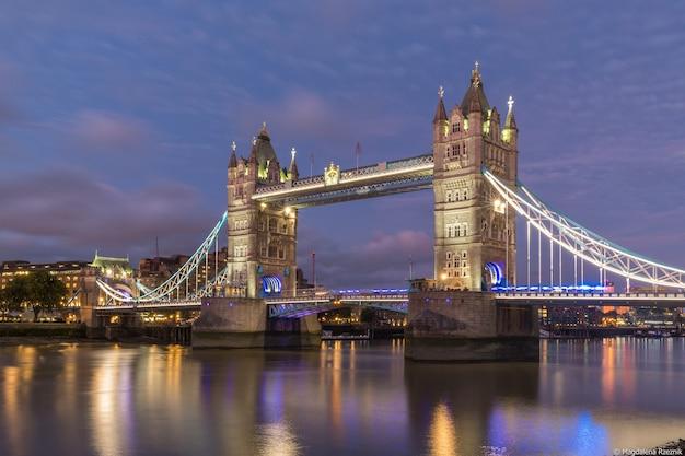 Prise De Vue En Contre-plongée Du Célèbre Tower Bridge Historique De Londres Pendant La Soirée Photo gratuit