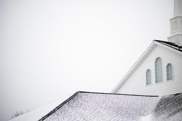 Prise De Vue En Contre-plongée D'une église Avec Une Agrafe Sous Le Ciel Clair Photo gratuit
