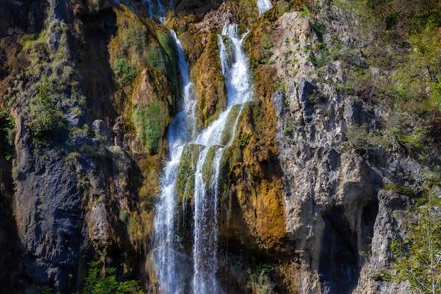 Prise De Vue à Couper Le Souffle D'une Grande Cascade Dans Les Rochers De Plitvice, Croatie Photo gratuit