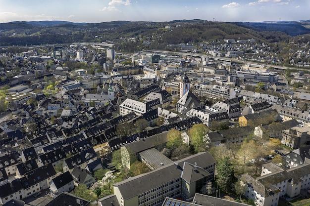 Prise De Vue En Grand Angle D'une Belle Ville Entourée De Collines Sous Le Ciel Bleu Photo gratuit