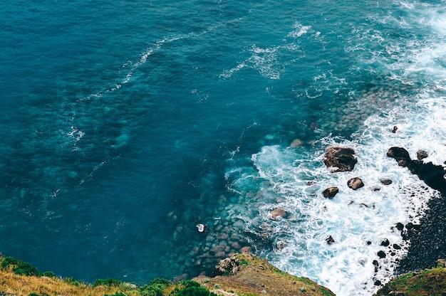 Prise De Vue En Grand Angle De Belles Vagues De La Mer à Madiera, Portugal Photo gratuit