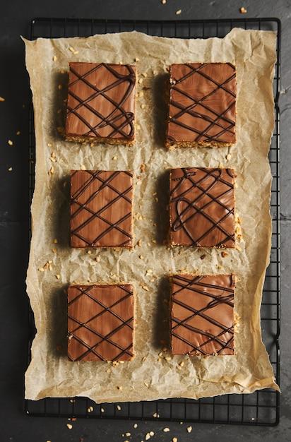 Prise De Vue En Grand Angle De Délicieux Gâteaux Aux Noix Tranchés Avec Glaçage Au Chocolat Photo gratuit