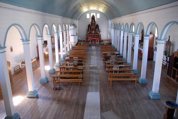 Prise De Vue En Grand Angle De L'intérieur De L'église De Tenaún Au Chili Photo gratuit