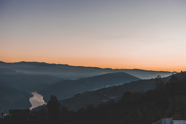 Prise De Vue En Grand Angle De Montagnes Dans La Brume Photo gratuit