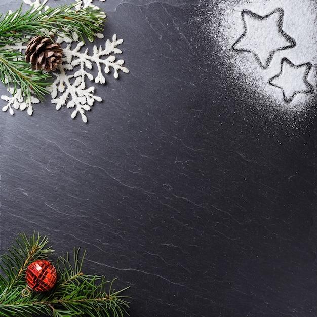Prise De Vue En Grand Angle D'ornements De Noël Sur Une Surface Noire Photo gratuit