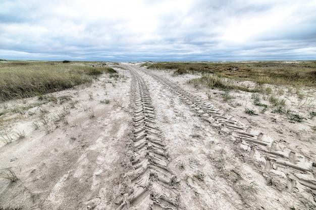 Prise De Vue En Grand Angle D'une Route De Campagne Couverte De Neige En Hiver Photo gratuit
