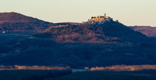 Prise De Vue Panoramique Du Village De Motovun En Istrie, Croatie Tôt Le Matin Photo gratuit