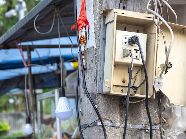 Les Prises De Courant Sont Simples. Et Sans égard à La Sécurité. Provoque Une Fuite électrique Et Un Incendie. Photo Premium