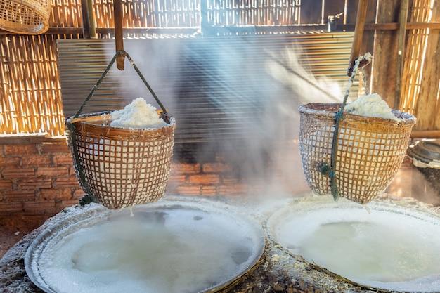 Procédé au sel gemme avec une méthode ancienne pour faire bouillir la saumure en sel. Photo Premium