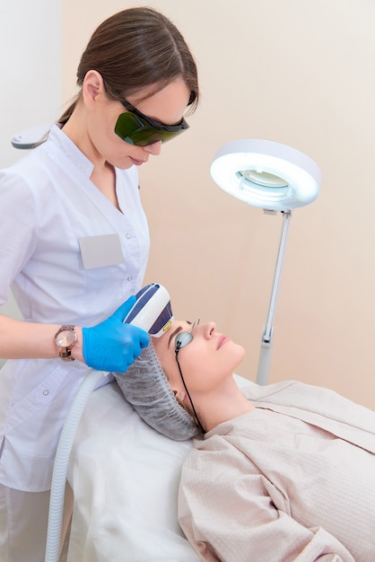 Procédure laser dans la clinique de cosmétologie laser. Photo Premium