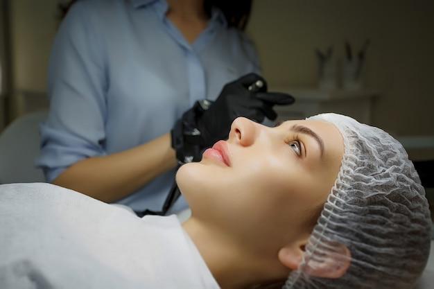 Procédure de maquillage permanent des yeux Photo Premium