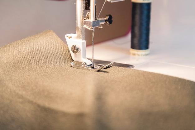 Processus de couture dans la phase de surpiqûre Photo Premium