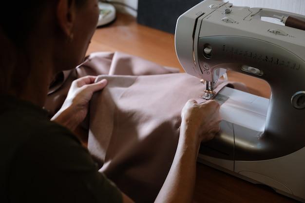 Processus de couture avec machine à coudre Photo Premium