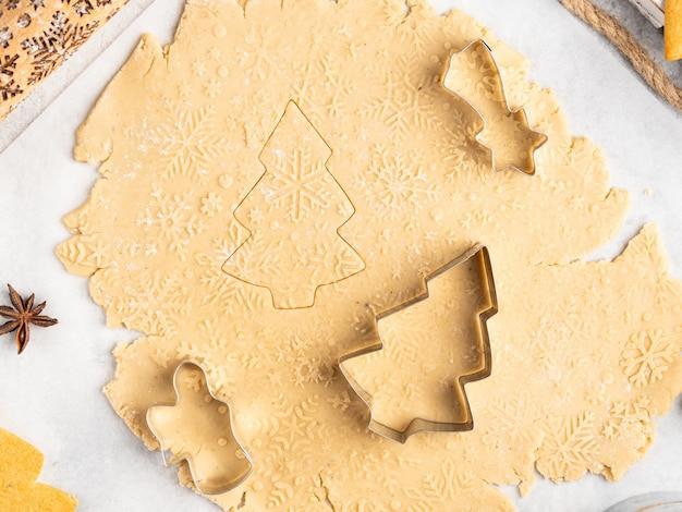 Processus De Cuisson Du Dessert Traditionnel De Noël Et Du Nouvel An, Biscuits Au Pain D'épice, Rouleau à Pâtisserie Avec Motif De Flocons De Neige Dessus, étoiles D'anis Et Cannelle, Noël Et Hiver, Disposition Du Cadre Photo Premium