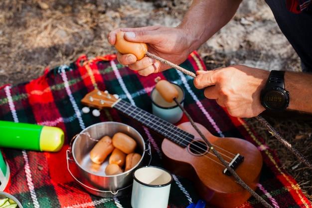 Processus de cuisson de repas à angle élevé en camping Photo gratuit