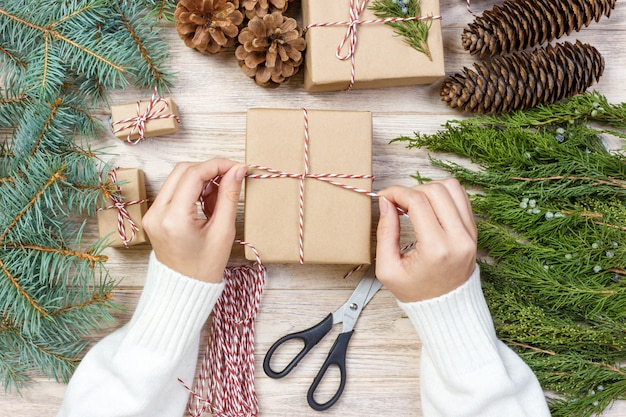 Processus d'emballage des boîtes pour noël Photo Premium