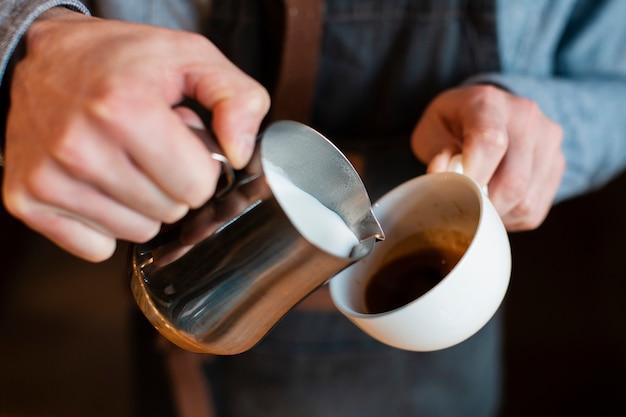 Processus de fabrication de café en gros plan Photo gratuit