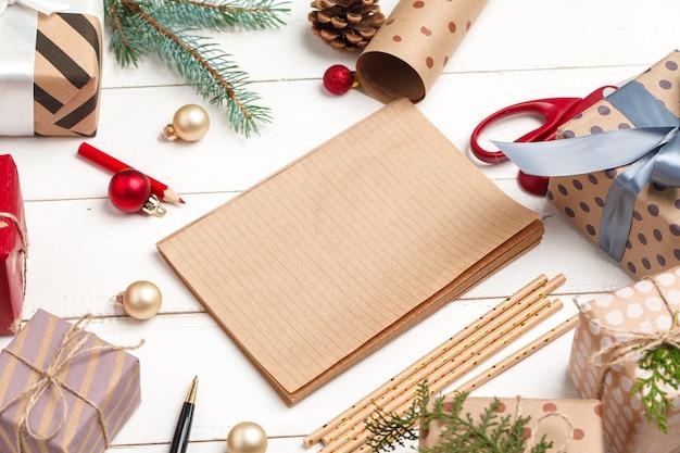 Processus de fabrication de cartes de voeux de noël et du nouvel an, vue de dessus Photo Premium