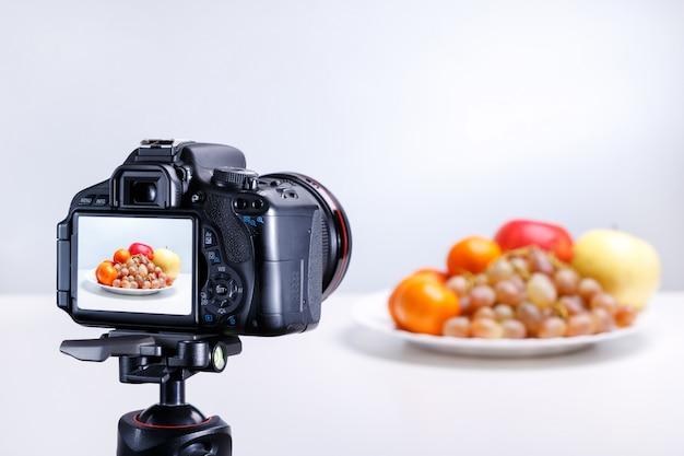 Un Processus De Prise De Photo De Fruits Avec Une Caméra Professionnelle. Fermer Photo Premium