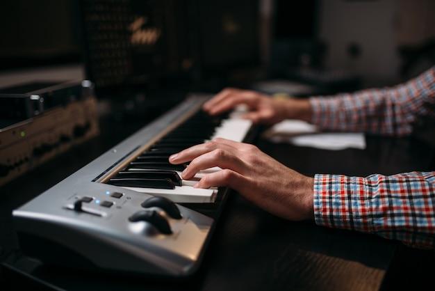 Producteur Sonore Masculin Mains Sur Clavier Musical, Gros Plan. Technologie D'enregistrement Audio Numérique. Photo Premium
