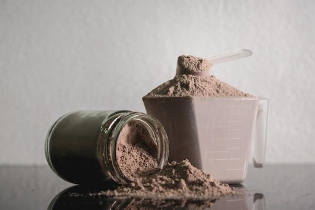 Produit de bodybuilding nutritionnel de poudre de protéine de lactalbumine. Photo Premium