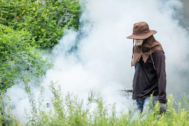 Produit chimique pour éliminer les moustiques dans la rue Photo Premium
