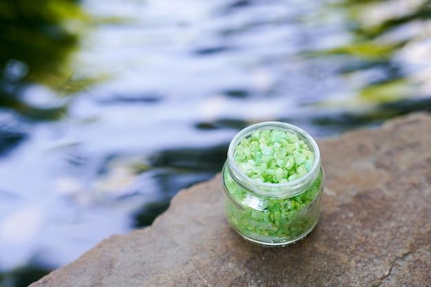 Produit naturel de sel de mer sur l'eau avec espace de copie Photo Premium