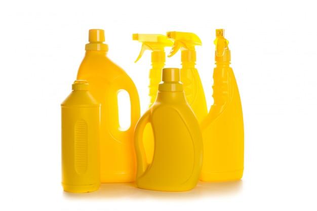 Produit de nettoyage contenant en plastique pour maison propre sur blanc Photo Premium
