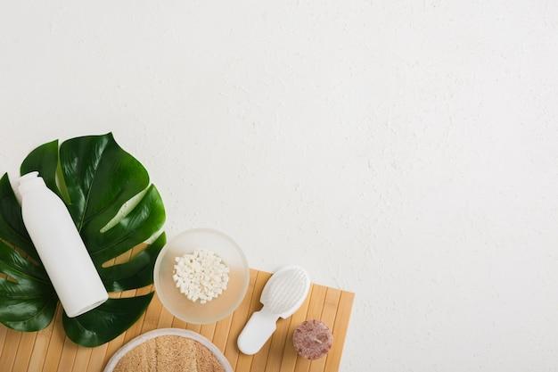 Produits de bain avec feuille sur table avec espace de copie Photo gratuit