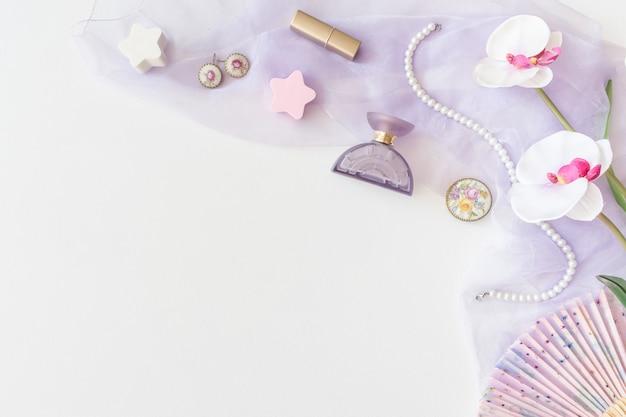 Produits de beauté, vue de dessus des cosmétiques décoratifs sur fond blanc Photo Premium
