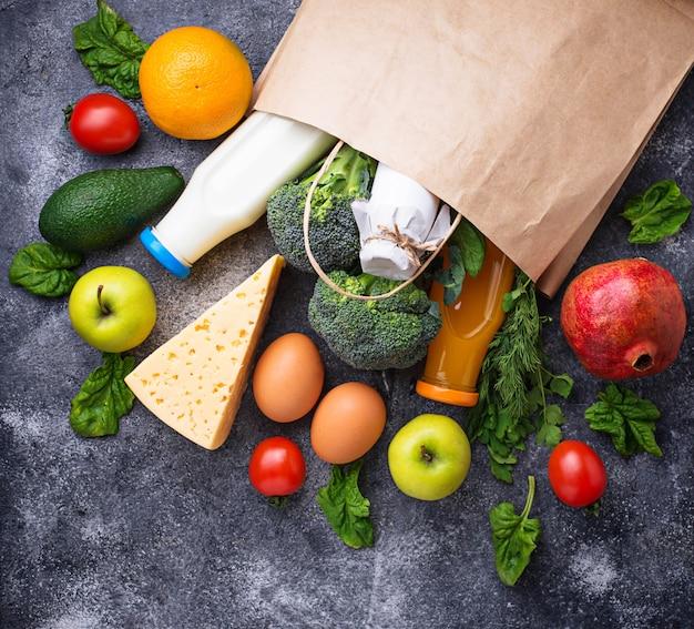 Produits bio sains avec sac en papier Photo Premium