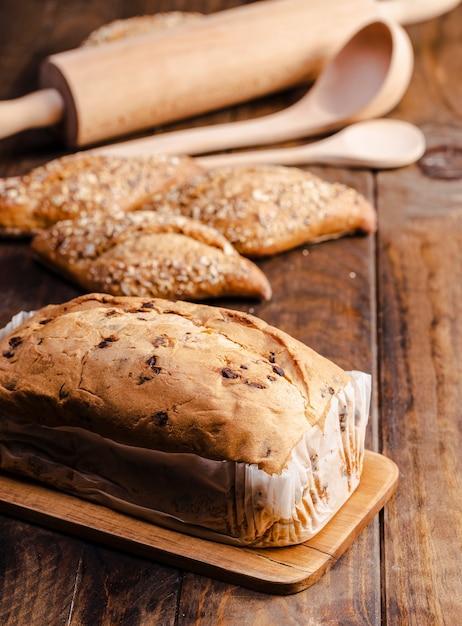 Produits de boulangerie à angle élevé avec des ustensiles de cuisine Photo gratuit
