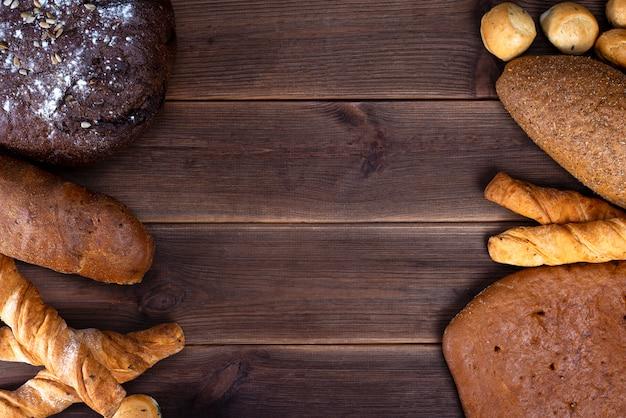 Produits De Boulangerie Frais, Miches De Pain Croustillant Rustique Et Muffins Sur Une Table En Bois. Photo Premium