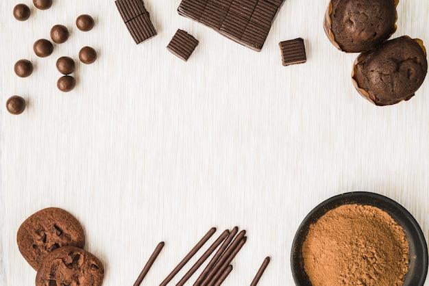 Produits de cacao sur fond texturé en bois Photo gratuit