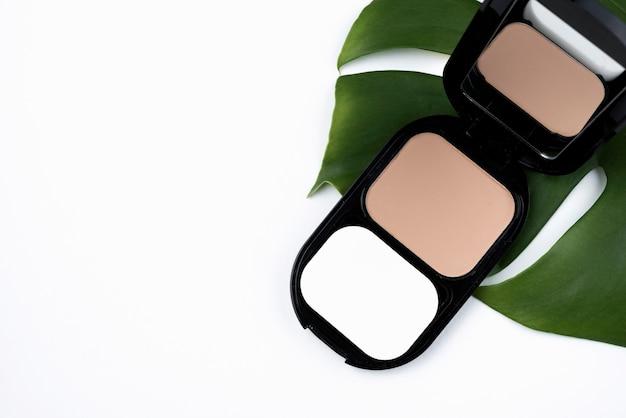 Produits cosmétiques compacts avec espace de copie Photo gratuit
