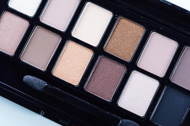 Produits cosmétiques décoratifs isolés sur fond blanc. fournitures de maquillage Photo Premium