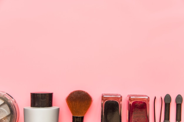 Produits cosmétiques hydratants sur fond rose Photo gratuit